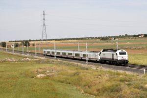 Comboio Madrid - Almeria, passando perto de Alcazar de San Juan, em 2015.