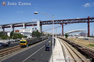 Por baixo da 25 de Abril corre a linha de Cascais. É o único cruzamento desnivelado de diferentes linhas ferroviárias no nosso país.