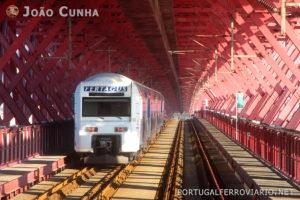 Comboio Fertagus (série 3500) passando no tabuleiro ferroviário, onde é bem visível a rampa.