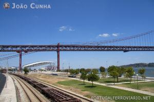 Comboio de mercadorias Takargo passando pela ponte 25 de Abril.