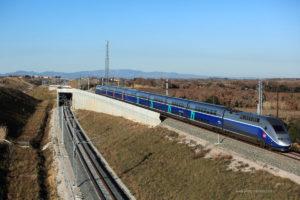 """Fotografia TP Ferro. Do lado francês, um """"salto de carneiro"""" permite aos comboios trocar o lado da circulação sem cruzamentos de nível."""